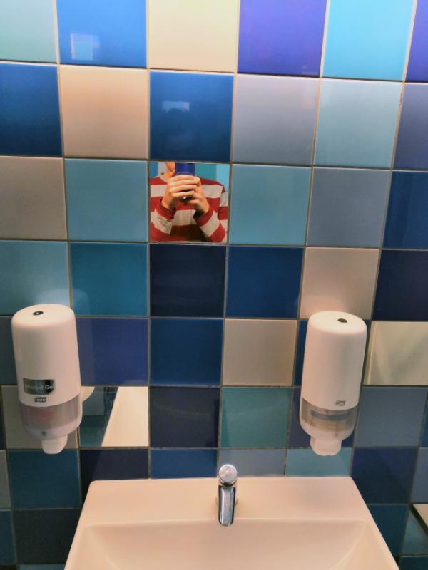 Những chiếc gương phòng tắm khiến người soi tổn thương sâu sắc