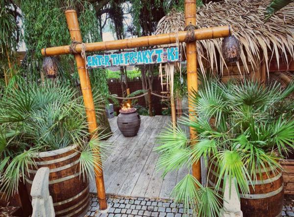 Ngôn tình có thật: Anh công nhân xây cho vợ khu vườn nhiệt đới vì 6 năm không thể đưa vợ đi du lịch