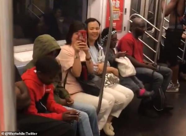 Khoảnh khắc ấm lòng khi bao người xa lạ trên tàu điện ngầm cùng hát chung bài hát của Backstreet Boys