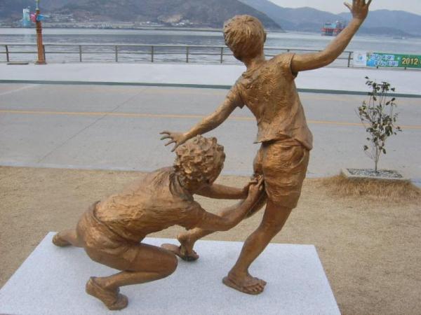 Hoá ra kanchō - trò đùa 'chọc tay vào mông' quen thuộc ở Nhật Bản lại rất nguy hiểm?