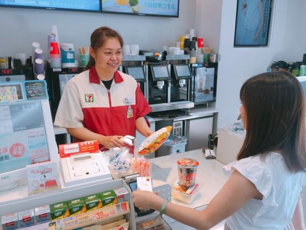 Trót phải lòng cô nhân viên cửa hàng tiện lợi, anh trai ngày nào cũng mua cà phê uống đến nỗi bị tiểu đường