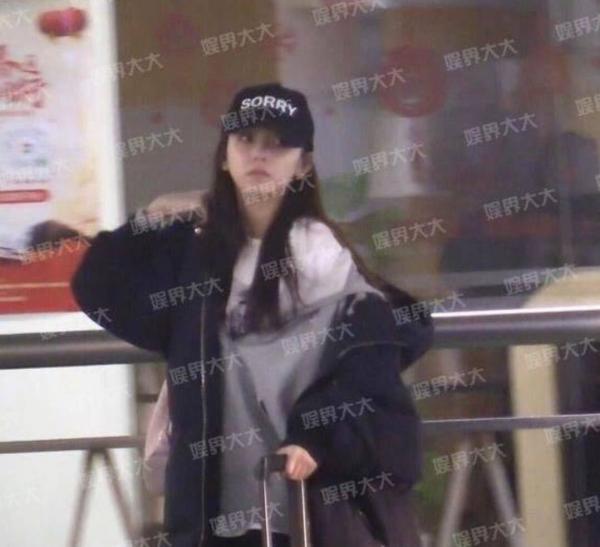 Hoàng Tử Thao lộ ảnh đi chơi cùng bạn gái ở Tokyo, dáng vẻ độc thân bận giảm cân chỉ để qua mặt fan?