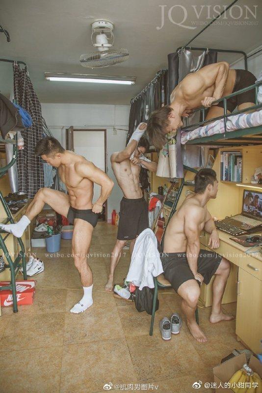 Bộ ảnh khoe body trong KTX của nam sinh Đại học thể thao Thượng Hảikhiến hội chị em quyết tâm... thi lại ĐH