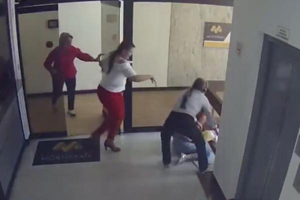 Phản ứng cực nhanh của người mẹ đã cứu con khỏi bị ngã từ tầng 4 xuống