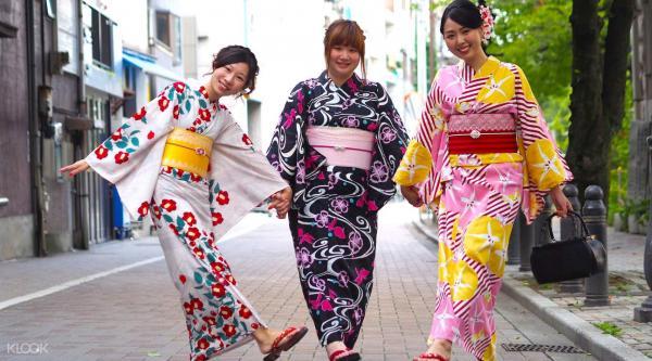 Dân Nhật nổi giận khi Kim Kardashian đăng ký từ 'Kimono' là tên nhãn hiệu đồ lót độc quyền