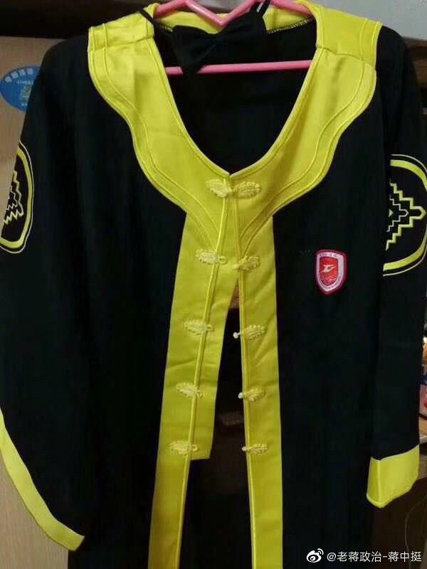 Sinh viên Trung Quốc khóc ròng khi đồ tốt nghiệp thiết kế mừng thanh xuân lại hệt như đồ liệm
