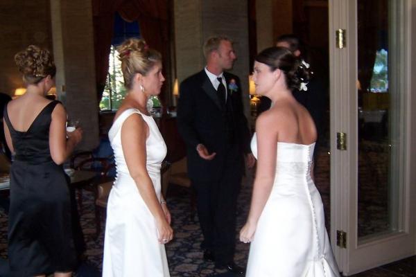 Mẹ chồng mặc váy cưới đến dự hôn lễ: Dân mạng hóng drama và nhận đươc quả twist bất ngờ