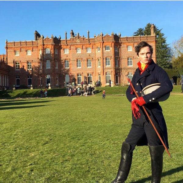 Chàng trai nói không với thời trang hiện đại để quay về làm quý ông của những năm 1820
