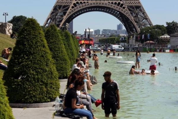 Nắng nóng ở Châu Âu : Một người đàn ông bị bắt vì khoả thân đi xe máy