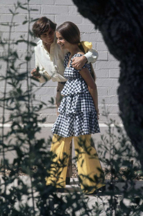 Thời trang trong trường học thập niên 60: Phong cách hippie cá tính và nổi loạn