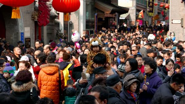 Trung Quốc gây tranh cãi khi hạ độ tuổi kết hôn xuống 18 tuổi giữa khủng hoảng dân số