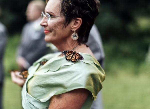 Cảm động hình ảnh bươm bướm đậu trên ngón tay người cha trong ngày tưởng nhớ con gái