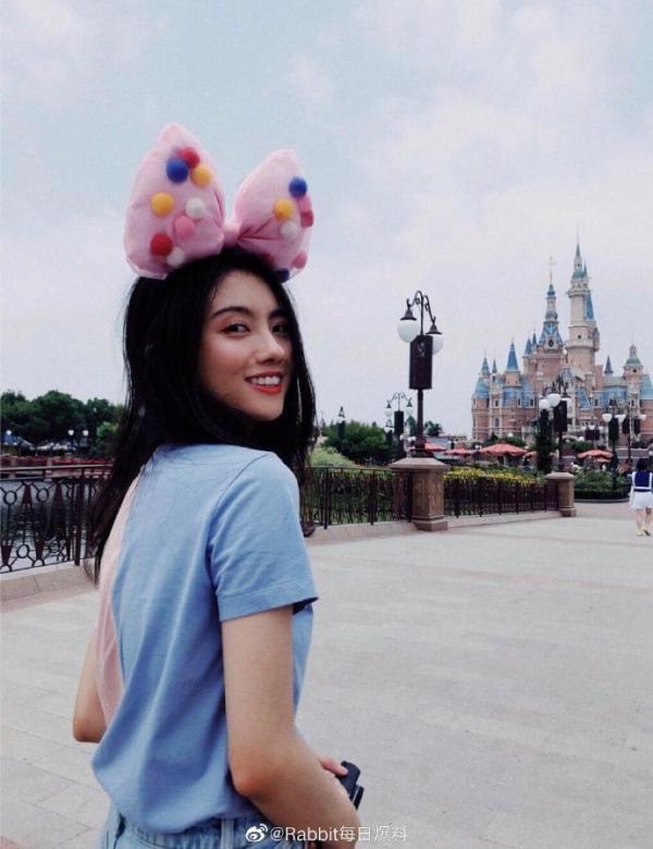 Trần Tinh Húc 'Đông Cung' hẹn hò hotgirl mạng, mặn nồng đến nỗi đi làm cũng dẫn người yêu theo?