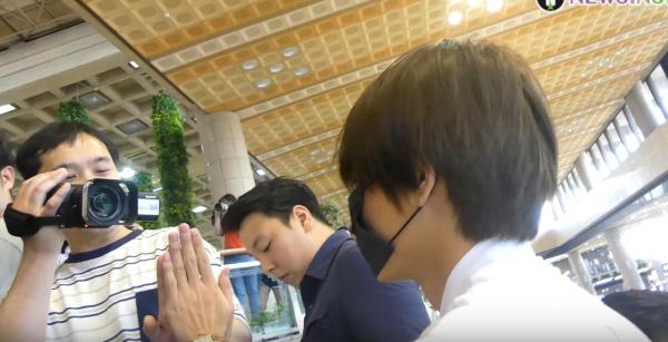Quá thân thiện, BTS V biến sân bay thành fanmeeting với các phóng viên nam