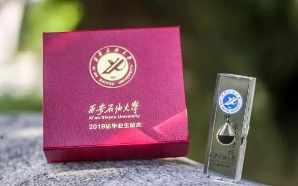 Quà tốt nghiệp các trường đại học Trung Quốc tặng sinh viên: Nghe trong gió cũng có mùi tinh tế