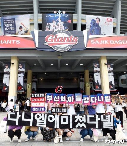Đẳng cấp 'center quốc dân' của Kang Daniel: Vừa lộ diện đã gây 'bão' trên mọi mặt trận!