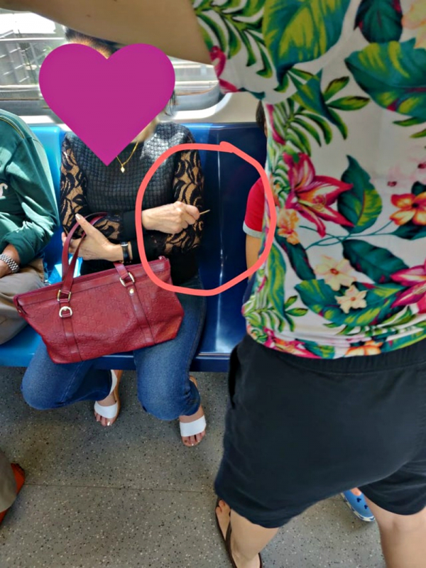Bà cô Singapore cảnh giác, chĩa tăm nhọn về phía cậu bé đang gật gù ngủ trên tàu điện