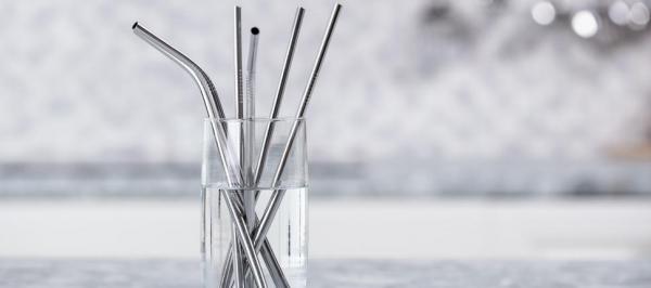 Thân thiện với môi trường nhưng ống hút kim loại lại không 'thân thiện' với con người?