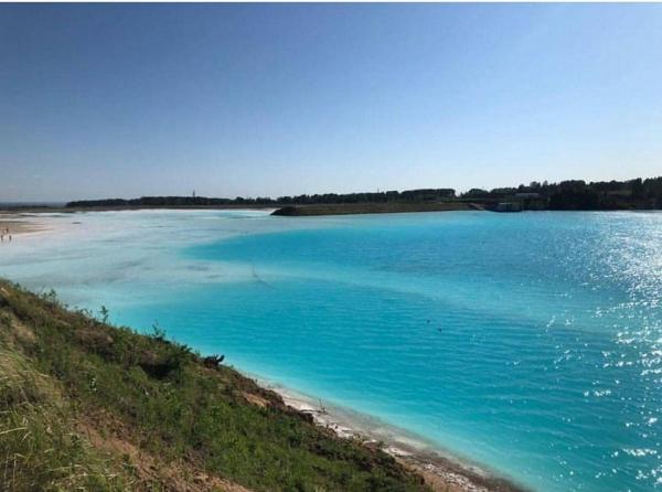 Hồ nước thải độc hại nhưng du khách vẫn nườm nượp kéo đến check-in