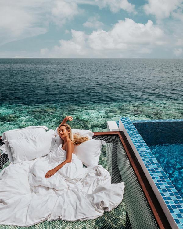 'Giường ngủ giữa biển' đang là địa điểm check in yêu thích mới tại Maldives