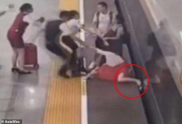 Trễ giờ lên tàu, chị gái khiến cả sân ga hoảng hốt khi nhét chân vào đường ray để tàu dừng lại
