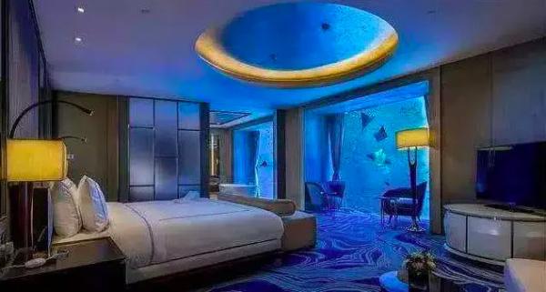 Đoàn phim 'Cá Mực Hầm Mật' siêu giàu, phát hoảng với giá phòng khách sạn Gun Thần ở trong tập 16