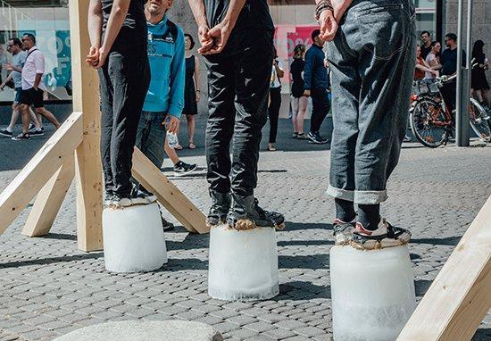 Nhóm sinh viên diễn cảnh hành hình trên phố để gửi thông điệp bảo vệ môi trường