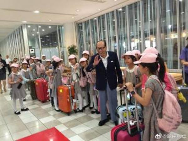 Tỷ phú giàu nhất Hồng Kông trả tiền toàn bộ chuyến bay cho các em nhỏ tình cờ gặp ở sân bay