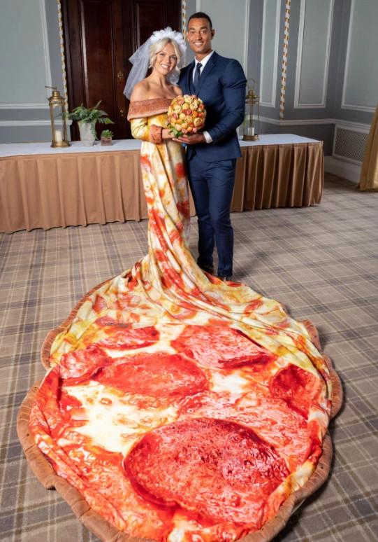 Hú hồn chim én: Công ty Pizza hứa tặng váy cưới pizza cho cô dâu nào may mắn trúng thưởng