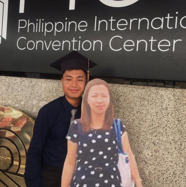 Cậu sinh viên chụp ảnh tốt nghiệp cùng tấm bìa in hình mẹ quá cố