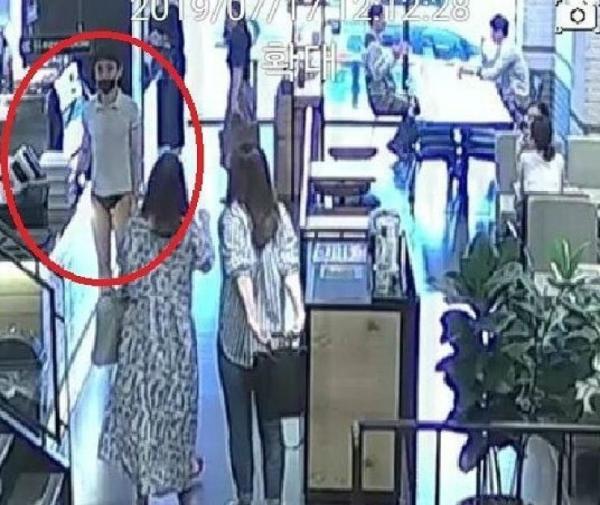 Cảnh sát Hàn truy lùng ráo riết thanh niên mặc quần lọt khe vào tiệm cà phê ngay giữa ban ngày