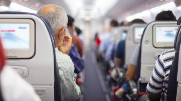 Cái kết bất ngờ dành cho kẻ thô lỗ yêu cầu hành khách kế bên không được nói tiếng Tây Ban Nha