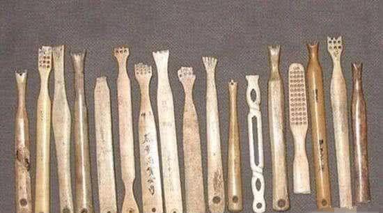 Không có bàn chải và kem đánh răng người cổ đại làm sạch răng như thế nào?