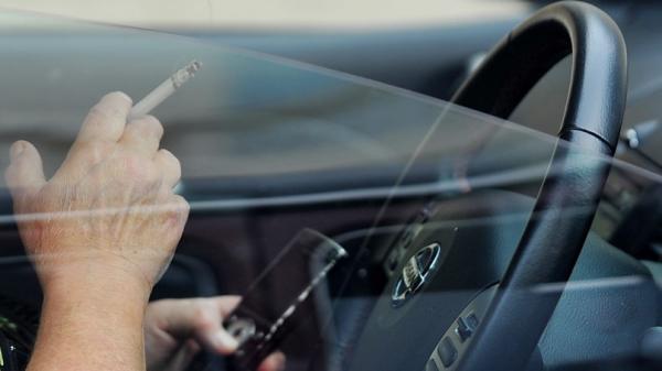 Vừa uống cà phê vừa lái xe, một phụ nữ Úc bị phạt hơn 11 triệu đồng