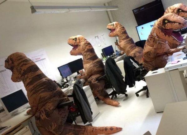 Nghìn lẻ một trò đùa nghịch lầy lội của dân văn phòng