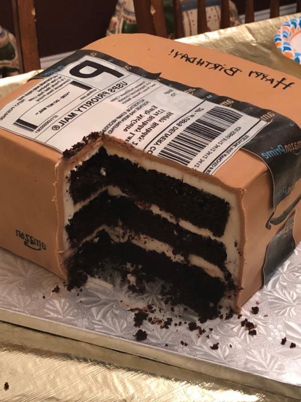 Biết vợ thích mua sắm, anh chồng tâm lý đặt bánh kem theo hình hộp giao hàng để tặng vợ