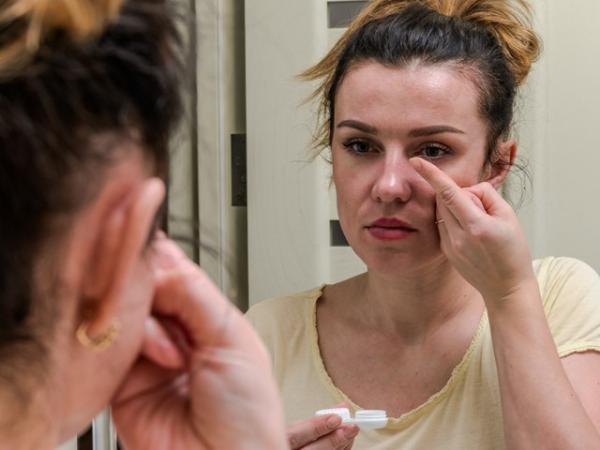 Các nhà khoa học phát minh ra kính áp tròng có thể phóng to khi bạn nháy mắt
