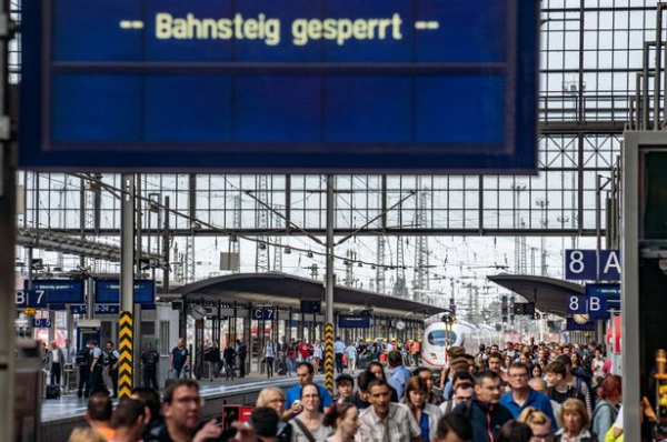 Bị người đàn ông lạ mặt xô đẩy, cậu bé 8 tuổi bỏ mạng ở đường ray Frankfurt