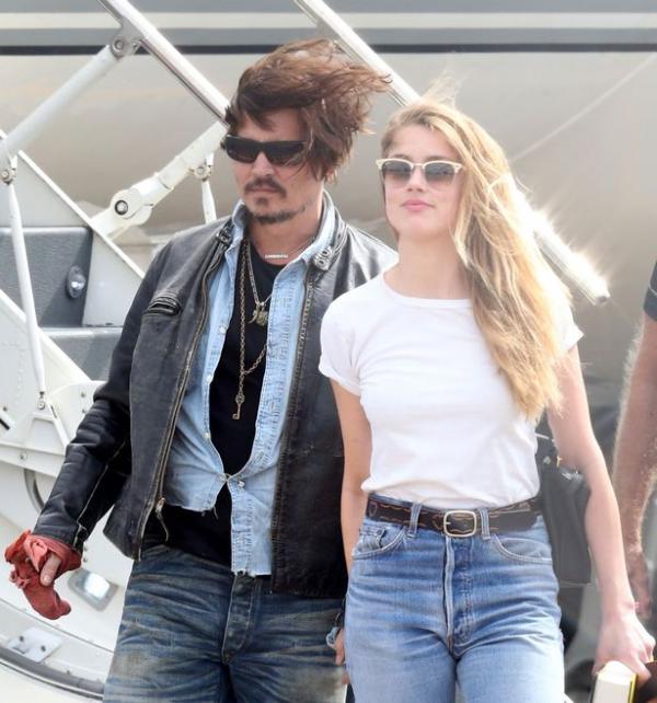 Johnny Depp tố cáo bị vợ cũ Amber Heard dí điếu thuốc đang cháy vào má