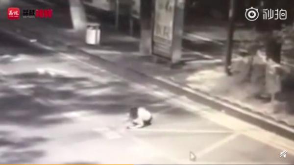 Cô gái bị gã trai qua đường chích chất lạ vào người khiến buồng trứng tổn thương, tính mạng nguy kịch