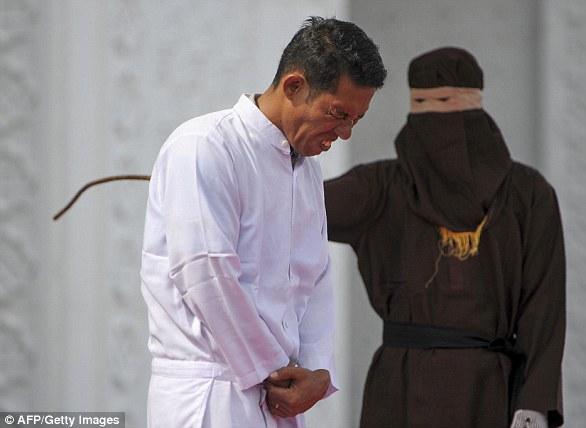 Cặp đôi Indonesia bị đánh 100 roi vì quan hệ trước hôn nhân, người dân đến xem như game show giải trí