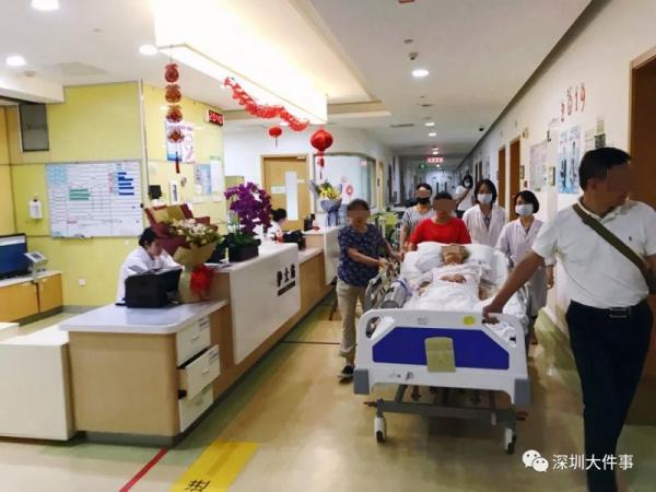 Hai cụ già cố gắng nhìn nhau lần cuối trong bệnh viện khiến ai cũng nghẹn ngào