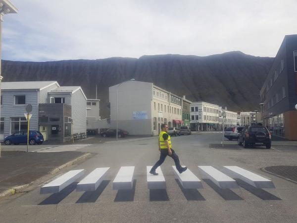 Thị trấn ở Iceland sử dụng vạch qua đường 3D để cảnh báo lái xe giảm tốc độ