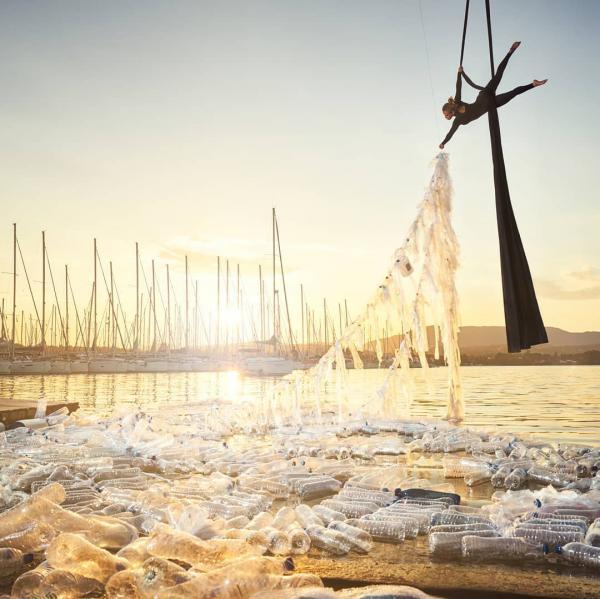 4 tác phẩm làm từ nhựa chứng minh chúng là mối đe dọa lớn nhất do con người tạo ra cho đại dương
