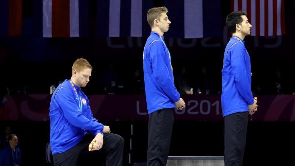 Quỳ khi hát quốc ca, VĐV đoạt huy chương vàng đối mặt án kỷ luật
