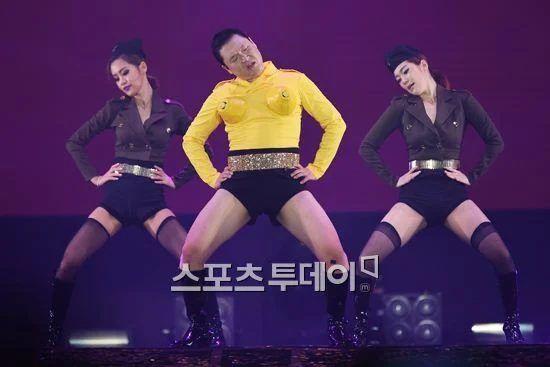 10 lần idol K-Pop khốn đốn vì phục trang sân khấu: Người quá hở hang, kẻ dính nghi án đạo nhái