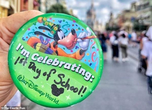 Người mẹ của năm: Mừng ngày đầu tiên con trai đi học bằng cách đến công viên Disney chơi một mình