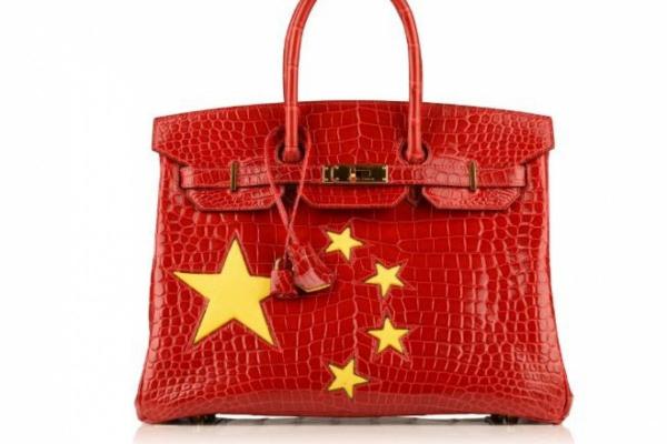 Túi xách Birkin quốc kỳ Trung Quốc - món phụ kiện không thể thiếu của các ngôi sao yêu nước