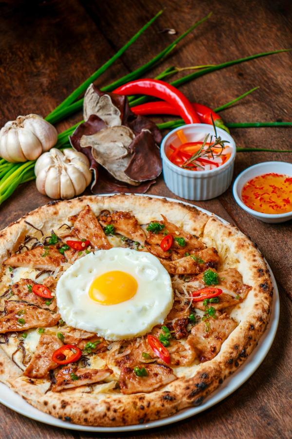 Sau pizza bún đậu mắm tôm, cửa hàng pizza Việt lại làm thực khách 'ngớ người' với pizza... cơm tấm