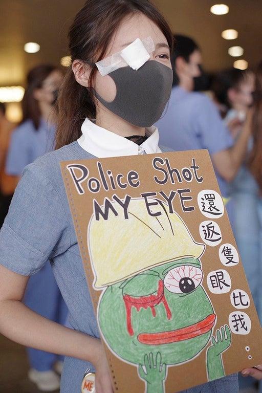 Dân mạng Hong Kong phát cuồng truy tìm thân thế bí ẩn của 'hotgirl biểu tình'